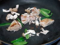 鶏肉としめじの金山時味噌炒め