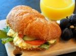 クロワッサンの卵と野菜のサンドイッチ