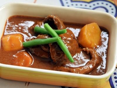 コトコト柔らかく煮込んだ牛すね肉のビーフシチュー
